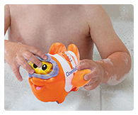 Float the clownfish around in the bath or push it around on its wheels when playing on dry land!